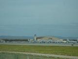 空軍基地に整然と並ぶ軍用機。