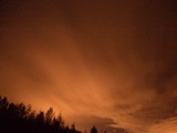 筋雲に反射する街灯り