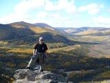 山頂でポーズを決める安藤さん。